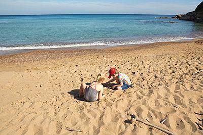 Sand digging together - p454m2141525 by Lubitz + Dorner