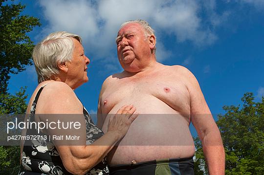 Älteres Paar im Freibad - p427m972713 von R. Mohr