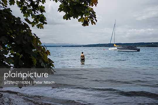 Bathing during storm on Lake Starnberg - p728m2116324 by Peter Nitsch