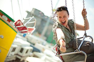 Junge Frau im Kettenkarussell - p1195m1028216 von Kathrin Brunnhofer
