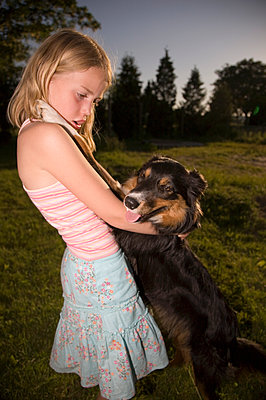 Portrait of girl with dog - p1207m1111698 by Michael Heissner