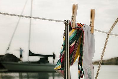 Bikini hängt an einem Seil auf einem Segelboot - p1255m2015618 von Kati Kalkamo