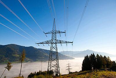 Strommasten über Nebelmeer, Kaprun, Salzburg, Österreich - p1316m1160656 von Harald Eisenberger