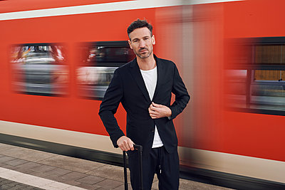 Mature man with trolley on station - p300m2114837 von Philipp Nemenz
