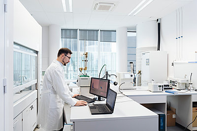 Scientist using computer in laboratory of technology center - p300m2159870 by Hernandez and Sorokina