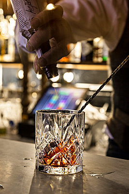 Barkeeper mixing a Cocktail - p567m667581 by Philippe Levy
