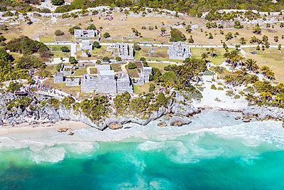 Aerial of the mayan ruins of Tulum, Mexico - p651m2006379 by Matteo Colombo photography