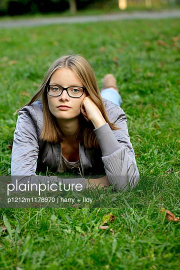 Jugendliche liegend im Park - p1212m1178970 von harry + lidy