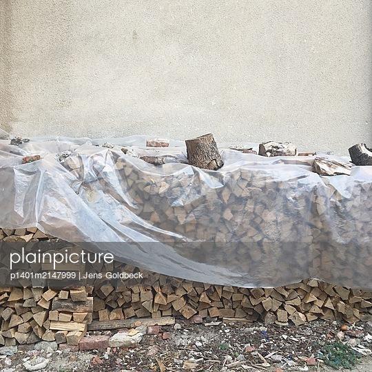 Brennholz mit Plane abgedeckt - p1401m2147999 von Jens Goldbeck