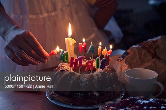 plainpicture - plainpicture p300m1587722 - Woman lightning birthday ca... - plainpicture/Westend61/Annie Hall