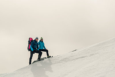 Family on mountain hike in Karwendel mountains - p081m1137245 by Alexander Keller