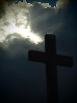 Grabkreuz im Wolkenbruch - p132m900664 von Peer Hanslik