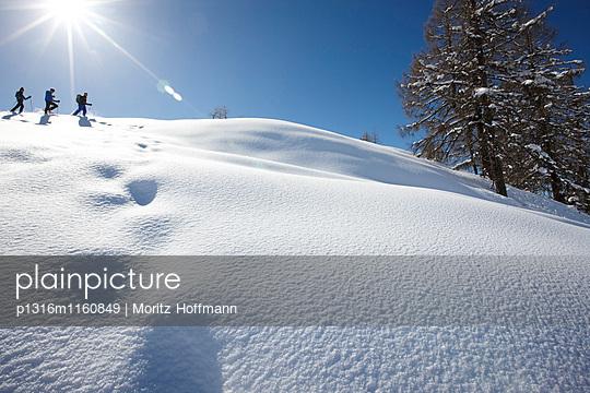 Schneeschuhwandern im tiefen Schnee, St. Johann im Pongau, Salzburg, Österreich - p1316m1160849 von Moritz Hoffmann