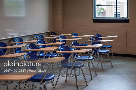 Reihe von Stühlen mit Tischen in einem Klassenzimmer - p397m2013397 von Peter Glass