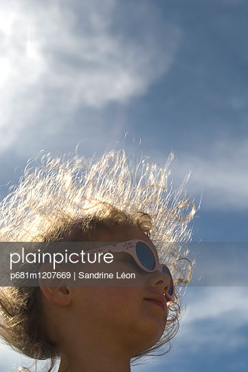little girl with sunglasses - p681m1207669 by Sandrine Léon