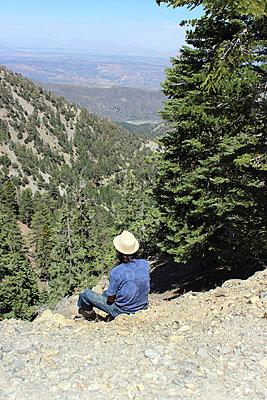 Mann sitzt am Berghang - p097m705167 von K. Krebs