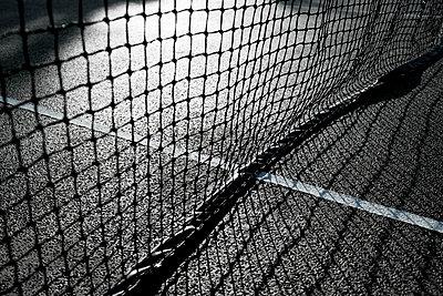 Netz auf Tennisplatz mit Licht und Schatten - p1057m1502834 von Stephen Shepherd