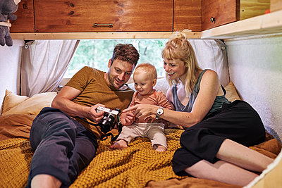 Family in caravan - p1124m2229008 by Willing-Holtz