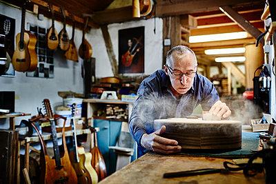 Gitarrenbauer arbeitet in seiner Werkstatt - p1359m1221842 von Great Images