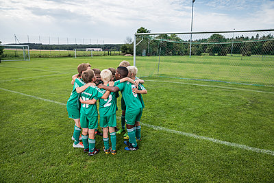 Germany, young football team huddling - p300m2090572 by Westend61