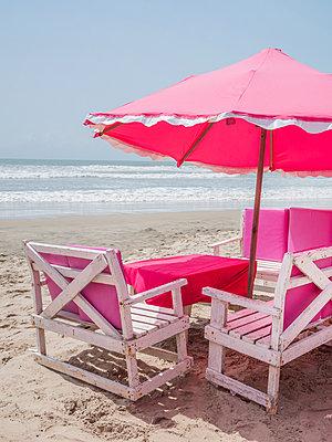 Strand Cafe mit Sonnenschirm in pink - p390m1586494 von Frank Herfort