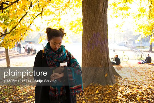 Junge Frau im herbstlichen Park - p1325m1216714 von Antje Solveig