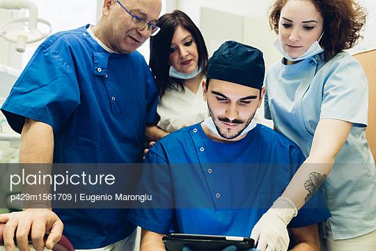 plainpicture - plainpicture p429m1561709 - Dentists in dentist office ... - plainpicture/Cultura/Eugenio Marongiu