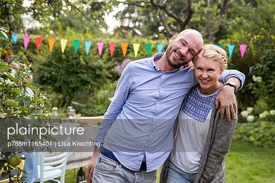 Porträt eines verliebten Paares im Garten  - p788m1165401 von Lisa Krechting