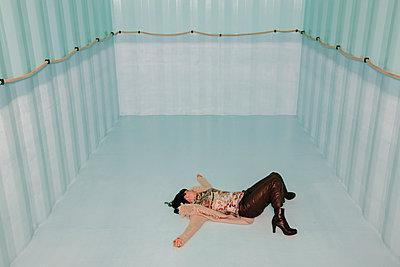 Frau in einem leeren Pool - p1621m2260393 von Anke Doerschlen