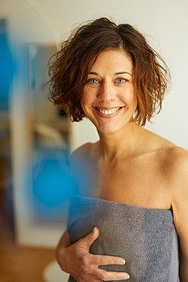 Portrait of smiling mature woman wrapped in a towel - p300m1587928 von Philipp Nemenz