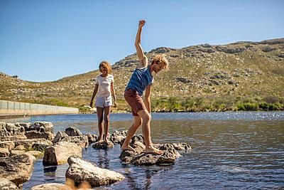 Junges Paar hat Spaß am Flussufer - p1355m1574215 von Tomasrodriguez