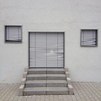 Hausfront, geschlossene Rolläden, Frankfurt am Main - p1401m2172697 von Jens Goldbeck
