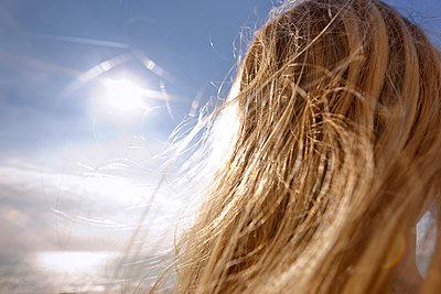 Blondes Mädchen am Strand - p228m1214628 von photocake.de