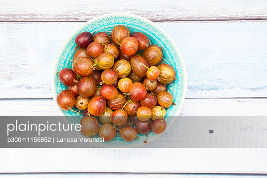 Bowl of red gooseberries - p300m1156952 by Larissa Veronesi
