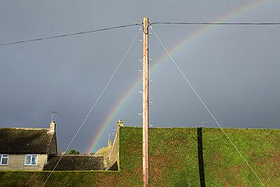 Strommast vor Regenbogen - p1057m881352 von Stephen Shepherd