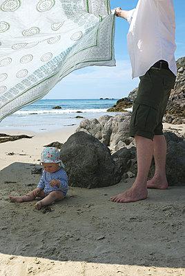 Schatten spenden am Strand - p116m1463140 von Gianna Schade