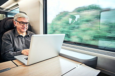 Mann Brille Zugfahrt - p1312m2020046 von Axel Killian