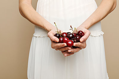 Woman's hands holding cherries - p1540m2115761 by Marie Tercafs