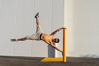 Acrobat training on a pole - p300m2012377 von VITTA GALLERY