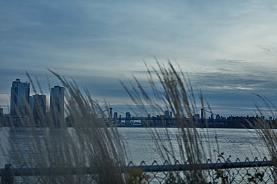 East River - p579m2043845 by Yabo