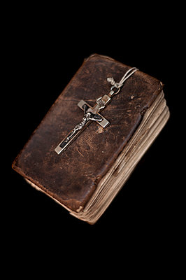 Bible and crucifix - p971m931449 by Reilika Landen