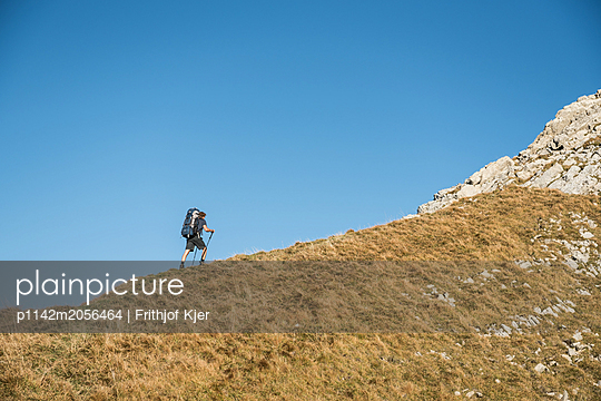 Wanderer in den bergen  - p1142m2056464 von Runar Lind