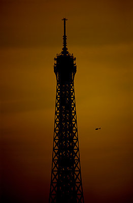 Helicopter flying around the Eiffel Tower - p1028m1591620 von Jean Marmeisse