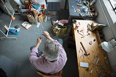 View from above male artist forming wire in art studio - p1192m1490243 by Hero Images
