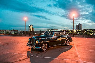 Mercedes Benz Ponton auf einem Parkplatz - p1437m2254422 von Achim Bunz