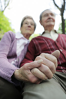 Germany, Cologne, Senior couple holding hands in park - p300m2207250 by Jan Tepass