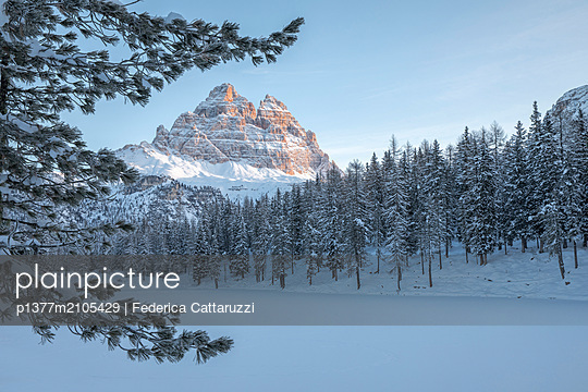 Italy, Veneto, Belluno district, Alps, Dolomites, Cadore, Auronzo di Cadore, The Tre Cime di Lavaredo (Drei Zinnen) peak at dawn and the frozen lake of Antorno, Misurina - p1377m2105429 by Federica Cattaruzzi