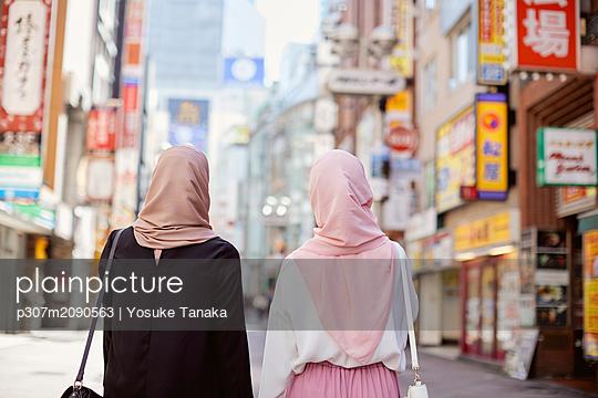 Young South-east Asian women enjoying sightseeing in Tokyo - p307m2090563 by Yosuke Tanaka