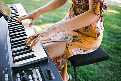 Woman playing keyboard - p680m2176451 by Stella Mai
