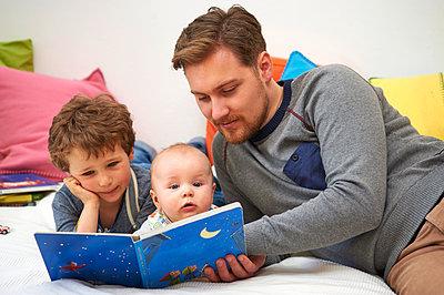 Vater beim Vorlesen - p900m1091347 von Michael Moser